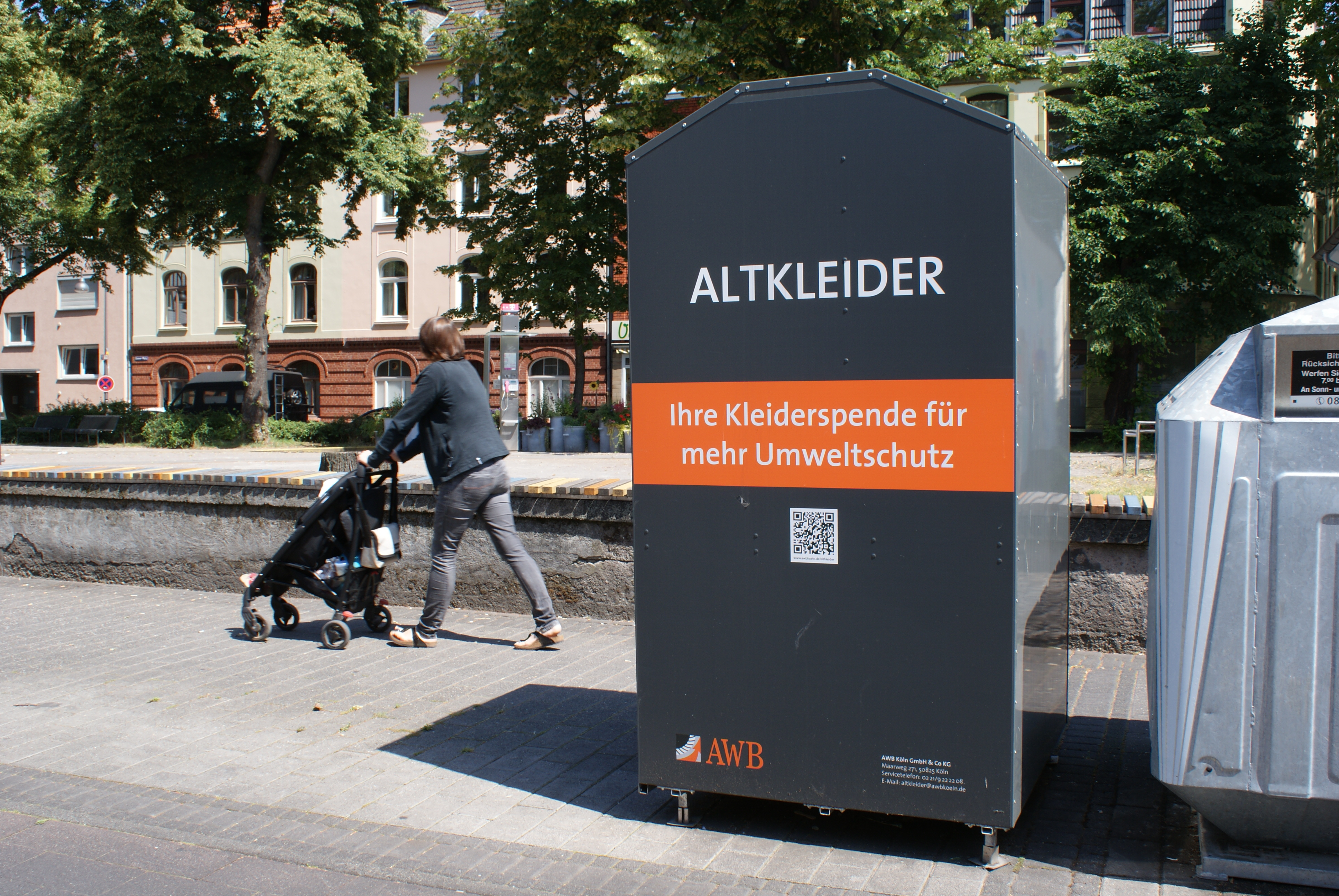 """Auf jedem ihrer Altkleidercontainer verspricht die Stadt Köln: """"Jeweils 50 % der verbleibenden Vermarktungserlöse der gespendeten Altkleider gehen an karitative Altkleidersammler bzw. werden zur Reduzierung der Kölner Abfallgebühren verwendet."""""""