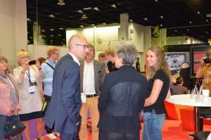 Ministerialdirigent Manfred Walhorn und Schuldezernentin Dr. Agnes Klein am Caritas-Stand auf der gamescom