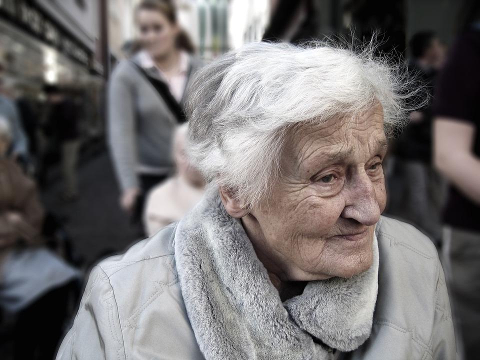 Alte Frau schaut geistesabwesend