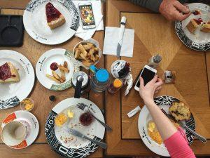 Tisch mit vielen Kuchentellern